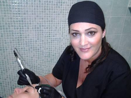 Lucia Covino durante una seduta di micropigmentazione